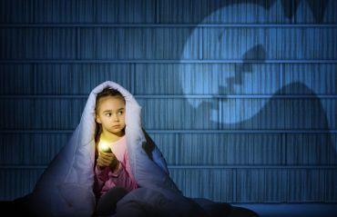 Cum sa-ti ajuti copilul sa treaca peste frica de intuneric #Copii #Intuneric